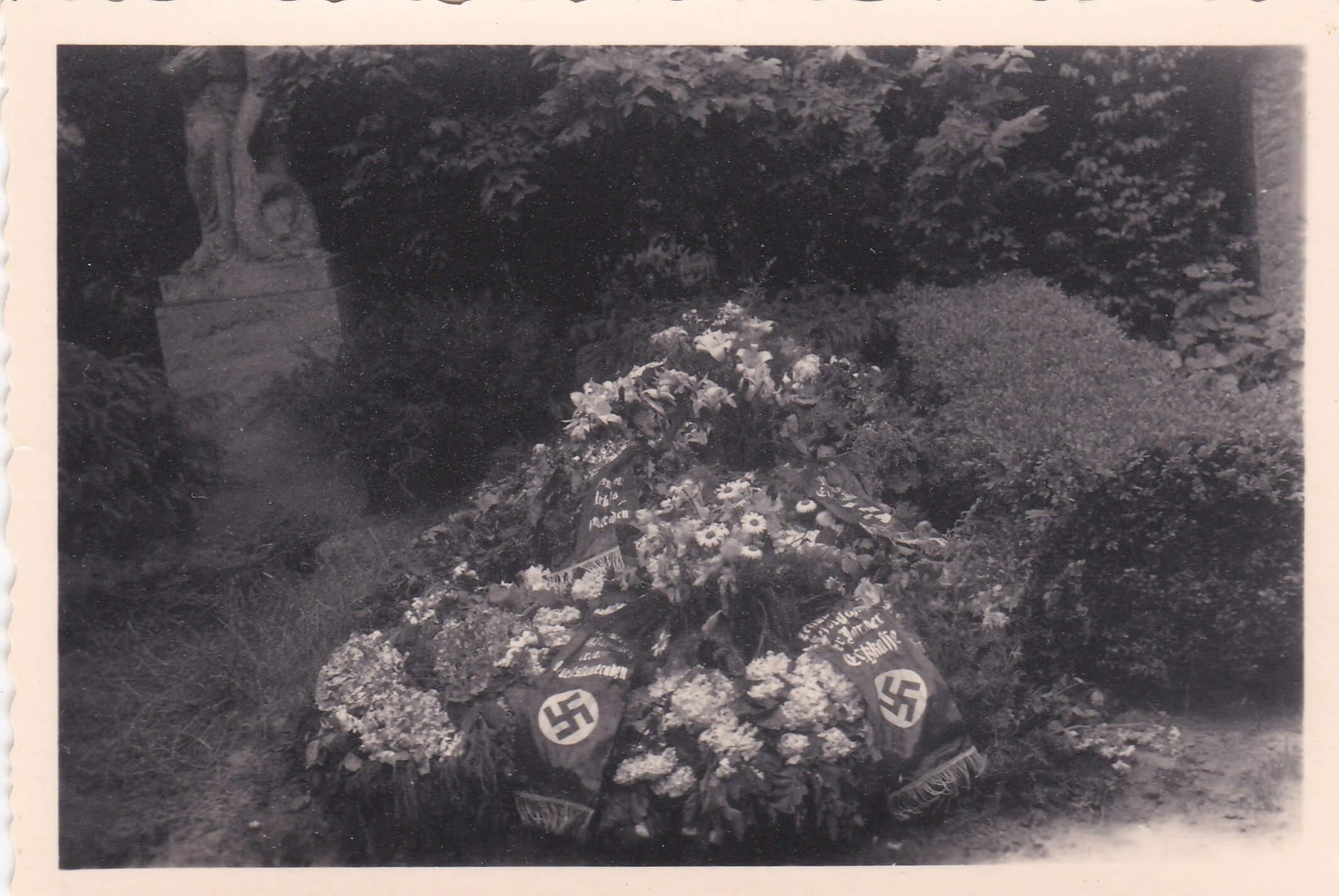 Duits graf monument wo2 hakenkruis