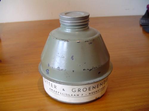 Nederlands gasmasker uit de tweede wereldoorlog oranje doos wo2 filter