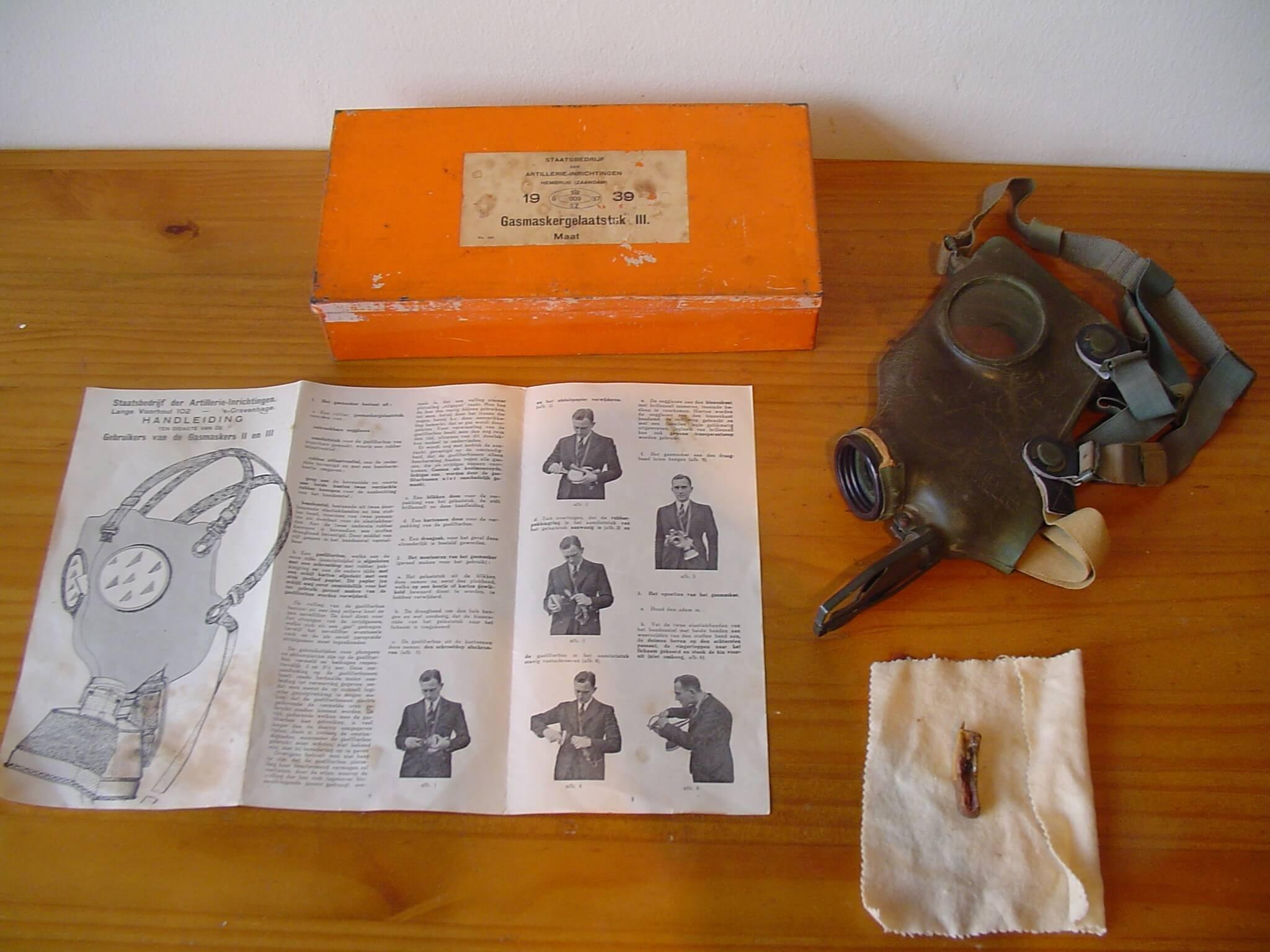Nederlands gasmasker uit de tweede wereldoorlog oranje doos wo2