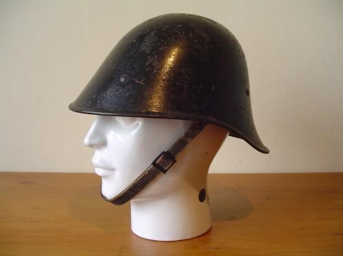 Zwarte Nederlandse helm uit de Tweede wereldoorlog