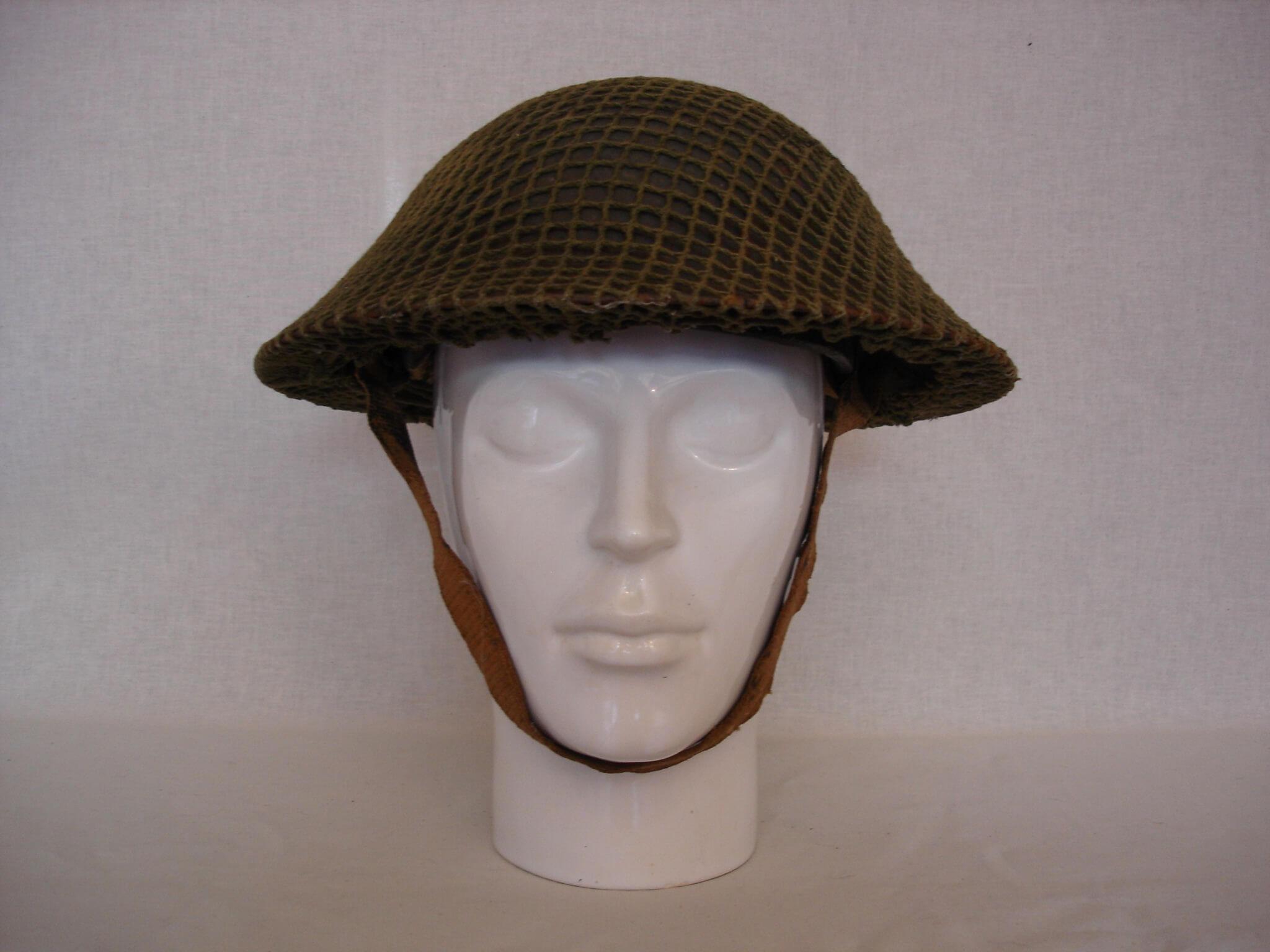 Britse Helm met camouflage net uit de tweede wereldoorlog.