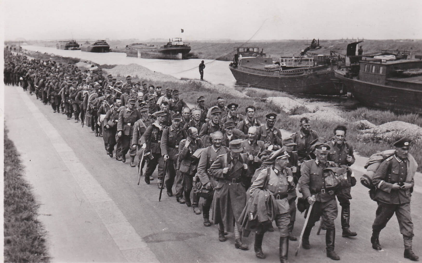 Kaartenserie Duitse soldaten op de aftocht Uittocht der Edel Germanen